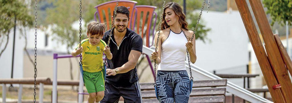 Foto familia en parque central de casas en venta en Arcadia La Silla, Juárez, Nuevo León.